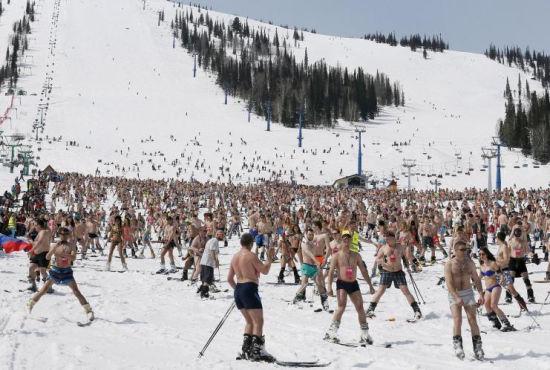 俄罗斯千名滑雪爱好者半裸欲破世界纪录