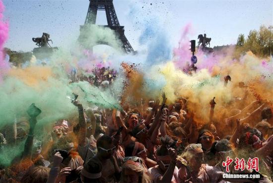 巴黎举办五公里彩色跑上演色彩大战