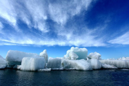 新疆乌伦古湖现风积冰山景象壮观