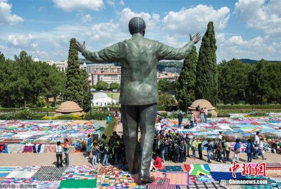 南非民众编织彩毯纪念曼德拉欲破世界纪录