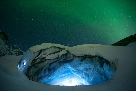 加拿大摄影师夜攀冰川捕捉极光梦幻景象