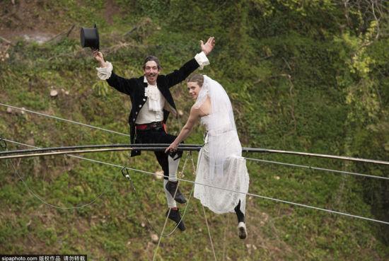 英夫妇将在钢丝绳上办高空特技婚礼