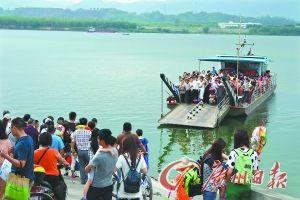 上万游人涌进北江孤岛游玩。
