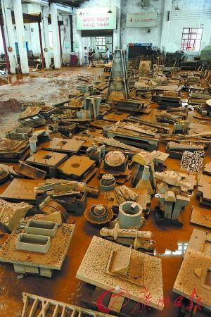 受浸的厂房内部,黄沙覆盖,地上仍有部分水渍.图/广州日报记者陈枫