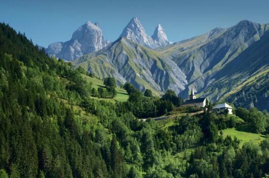 """是世界著名的风景区和旅游胜地,被世人称为""""大自然的宫殿""""和""""真正的"""