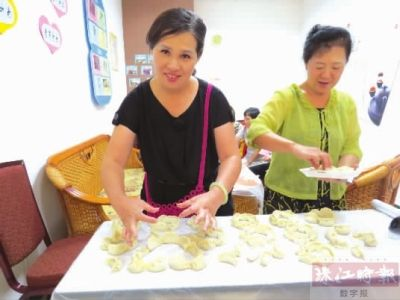 在欢乐包饺子的过程中,从和馅子,擀皮到包饺子,一些老街坊充当起了