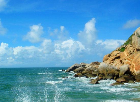 看到闸坡这片美丽的海洋和远处的蓝天融为一体,水天相接,就不由地想起了那首脍炙人口的悠扬歌曲:碧海蓝天的阳江,渔歌渔火在飞扬。碧海蓝天的阳江,海风海浪在交响。来吧,看看那美丽的沙滩,来吧,感受那热情的阳光。    我们阳江能拥有如此美丽迷人的景色,要感谢大自然的馈赠。但是,大自然也不是无条件地任我们索取的,再美丽的风景如果不加以好好爱护,最终也肯定会一片苍夷。所以我们好好去保护我们现在所拥有的自然资源。 环保总动员