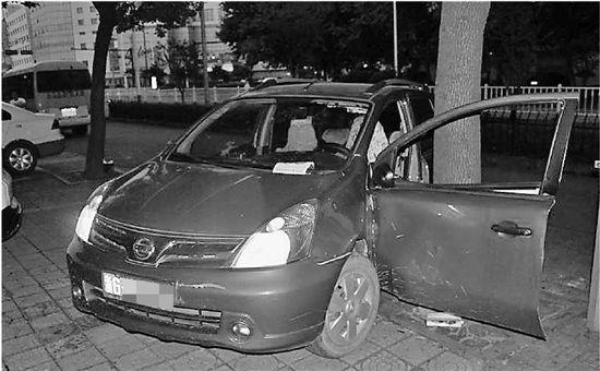 倒车的时候,司机把自己撞成了重伤。这事听起来匪夷所思。   这样一个诡异的事故,昨天发生在金华江北的五一路上。出事的女司机至今还躺在市中心医院的重症监护室里。   开着车门倒车   女司机把自己撞成重伤   交警提醒:倒车的时候怠速就够了,脚要保持踩在刹车上,以免误踩油门   监控还原   来来回回倒车三分钟后   车子忽然加速   昨天凌晨4点20分左右,金华交警四大队接到报警,五一路和迪耳路路口附近发生一起事故,有人受伤了。   蒋警官赶往现场,发现一辆红色的尼桑轿车卡在非机动车道和人行道的台阶上