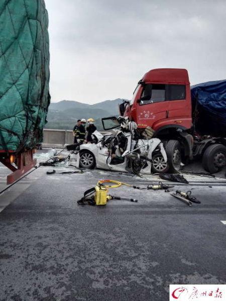 """记者到场观察发现,卡车车头""""骑""""在轿车后上方,前轮已经变形,而轿车"""
