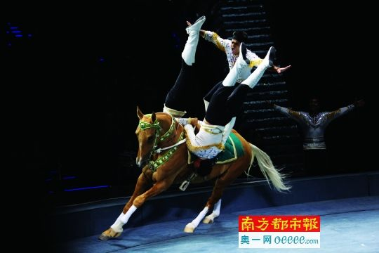 第二届中国国际马戏节在珠海长隆开幕,来自土库曼斯坦的演员表演马术.