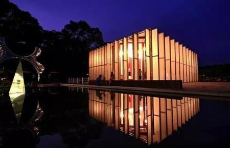 校园中最著名的莫过于贝聿铭设计的路思义教堂,优雅而神圣让人不禁