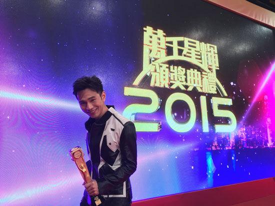王梓軒表示怕到時未能得獎,故事先拿著獎項拍照以感受一番