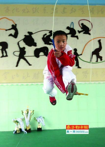 穗小学生一秒跳绳7.3下破两项世界纪录看傻裁天港湖小学图片