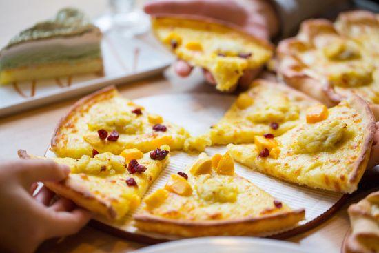 于是当这款榴莲多多比萨端上桌时,全都是看得见,吃得着的大粒榴莲果肉