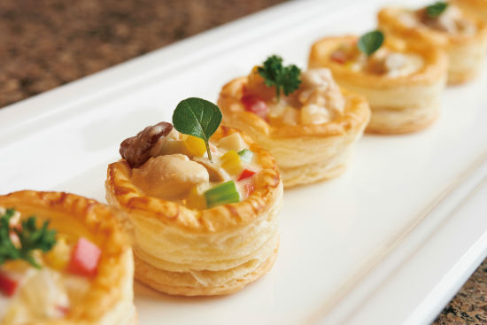 炒青口配白酒汤等海鲜热食,令人垂涎的法式酥皮盒,法式烙饼等,及各款