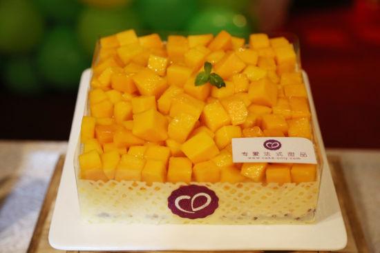 【芒果小黄鸭】来自法国顶尖甜点大师之手,造型憨萌可爱,黄黄的身体,红红的嘴丫。最上层黄色部分是芒果布丁,中间有香草牛奶慕斯,包裹着海绵蛋糕、法式芒果茸!它是8090后满满的童年回忆,也是现在家里萌宝们的最佳小伙伴,吃着它,就像在品味童年的味道,甜丝丝的,绵软细腻。    现场cakeonly的工作人员超级贴心,特别准备了惊喜给六月生日的媒体自媒体大咖们,让他们在第一时间尝鲜到小黄鸭的美味。小黄鸭一上场,便把大家目光吸引住啦,萌成这样,怎么忍心下口!   【导购指引】芒果小黄鸭   原料:芒果茸(法国
