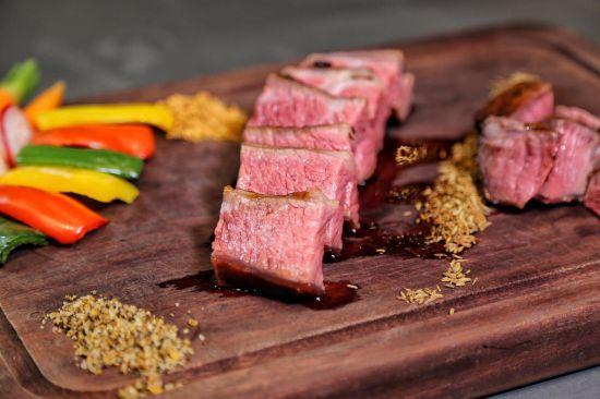醉牛家宴:尝鲜加拿大的美食美酒