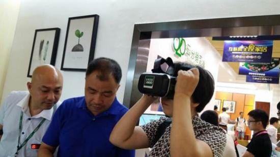 客户正在亚博家居设计区体验亚博家居VR系统