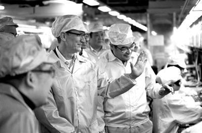 3月28日,苹果CEO蒂姆・库克参观了富士康郑州工厂内的iPhone生产线。图/CFP