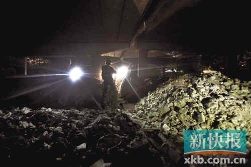 华南快速干线桥底堆积着余泥小山。记者 黎湛均/摄