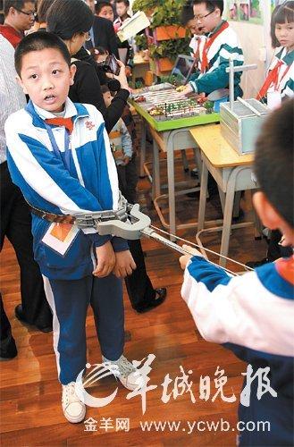 学生展示设计发明的新型校园防暴钢叉