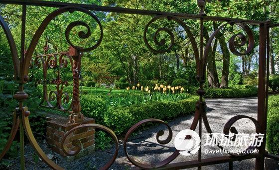 从椭圆形的花坛到弯弯曲曲的小路,每种水果、蔬菜和花圃都是2个世纪前的设计师精心设计的。   1 2 3 4 5