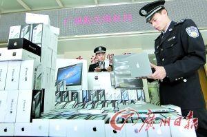 广州海关的工作人员正在查看走私货品。