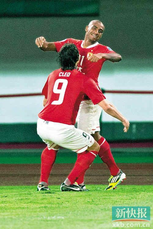 穆里奇(右)进球后,克莱奥立即上前抱起队友庆祝。