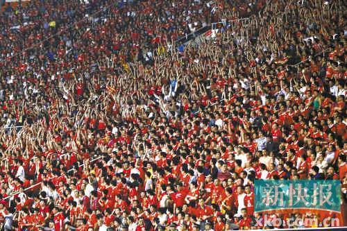 五万球迷到现场为恒大队加油,让天河体育场成为红色的海洋。