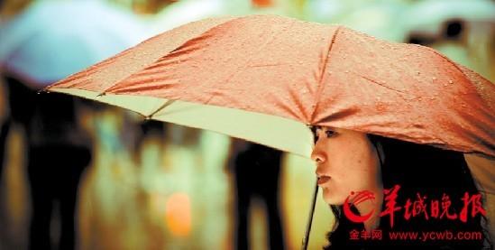 深圳暴雨,市民撑伞匆匆走过华强北 羊城晚报记者王磊摄