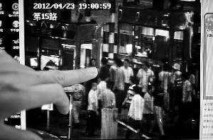 从监控视频可以看到,4月23日晚上,一名男子试图在收费站冲卡被阻,随后纠集20余人对4号通道收费亭进行打砸。