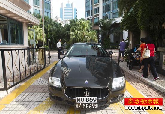 租户开来一辆玛莎拉蒂堵了东海花园二期的北门。 记者王子荣 摄