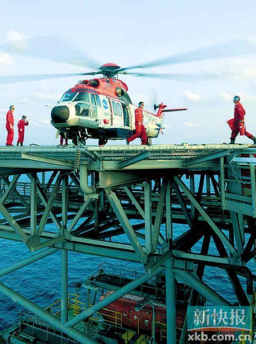 """7日,一架直升机在""""海洋石油981""""钻井平台上降落。新华社发"""