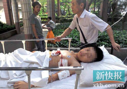 重伤少年被送医院。