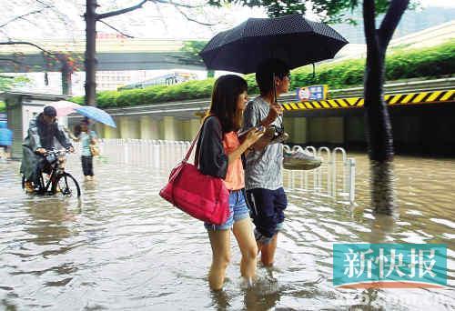 一下大雨,天河立交水深可达小腿,明沟工程完成后,此现象或不再重现。 新快报记者毕志毅/摄(资料图片)