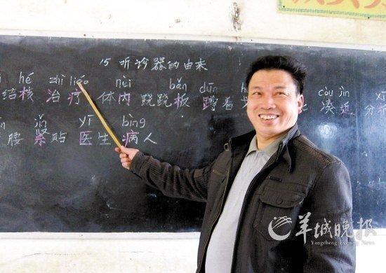 """1983年,杨生祥高中毕业,村里学校急缺老师,他从此踏上三尺讲台。与很多乡村教师的命运一样,他当了13年的民办教师,一直到1996年才转正。1998年,他被分配到现在的这个教学点,""""这里缺老师,我就来了。""""他轻描淡写地说。"""