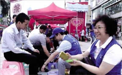 5月15日,深圳市8000名公务员走上街头开展包括擦鞋等服务,引发网友争议。