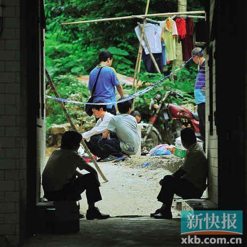 案发后,警方在事发现场勘查。新快报记者王小明/摄