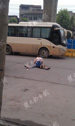 """男女清晨抱躺马路中央""""激吻"""""""