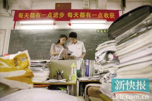 同学们抓紧下课的时间向老师请教。 新快报记者夏世焱/摄