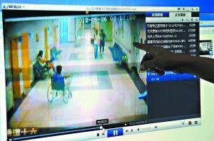 警方公布的监控视频中,右上角捂着下巴的黑衣人为之前被怀疑为真实肇事者的杨某。