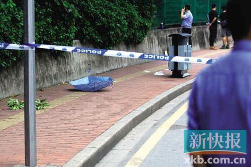 案发现场留下死者的一把伞。新快报记者毕志毅/摄