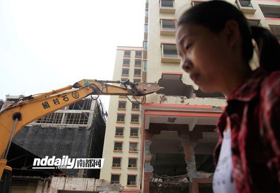 白云区两栋13、14层的违章建筑昨日上午进行拆除。实习生 万家 南都记者 冯宙锋 摄