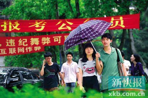 """昨日,华南师范大学,参加""""市考""""的考生走出考场。新快报记者 李小萌/摄"""