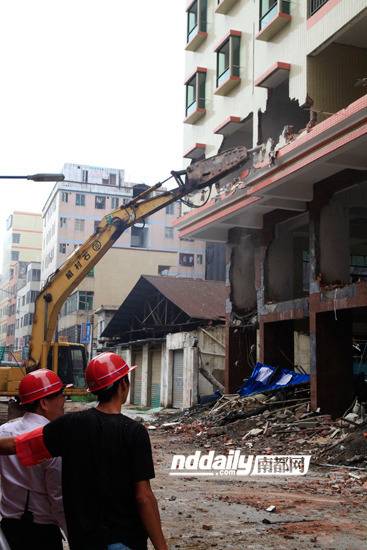 白云区两栋13、14层的违章建筑被拆除。