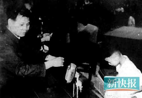张戎机当年从广州市公安局局长手中领奖。 资料图片