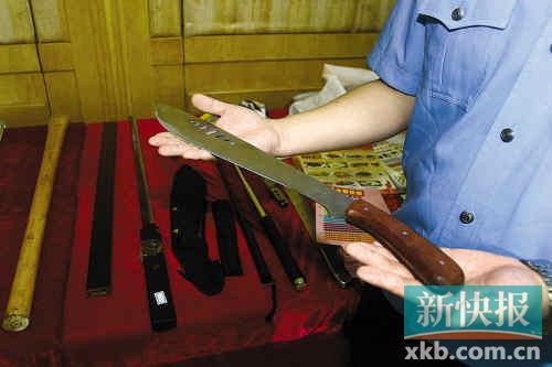 民警展示收缴的刀具。新快报记者毕志毅/摄