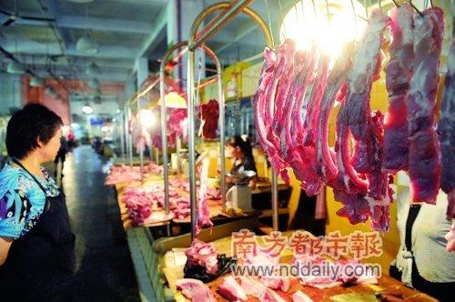 昨日,陈江金贸市场肉档的老板说和前几天相比,这里的猪肉便宜了很多。