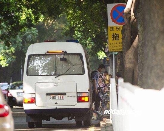 """记者暗访发现,一辆车牌为""""粤BD116警""""的警车每天都会送学生到沿河北路黄贝路路口处,学生下车进入深圳市第二实验学校,警车随后离开。"""