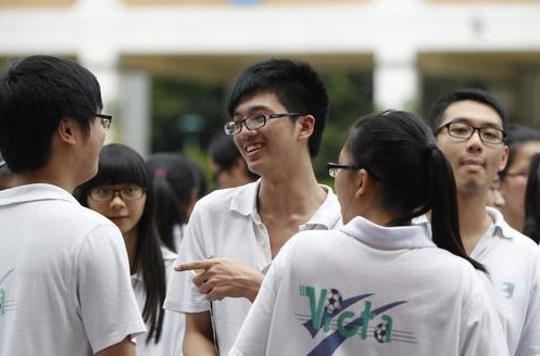 语文科考试后有人哭有人笑